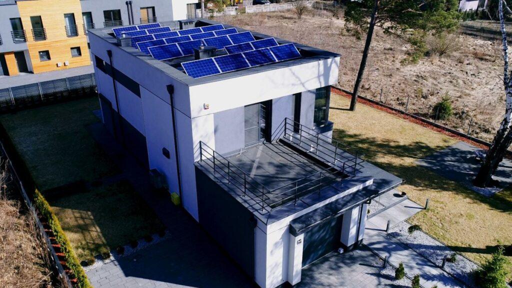 instalacja fotowoltaiczna na dachu