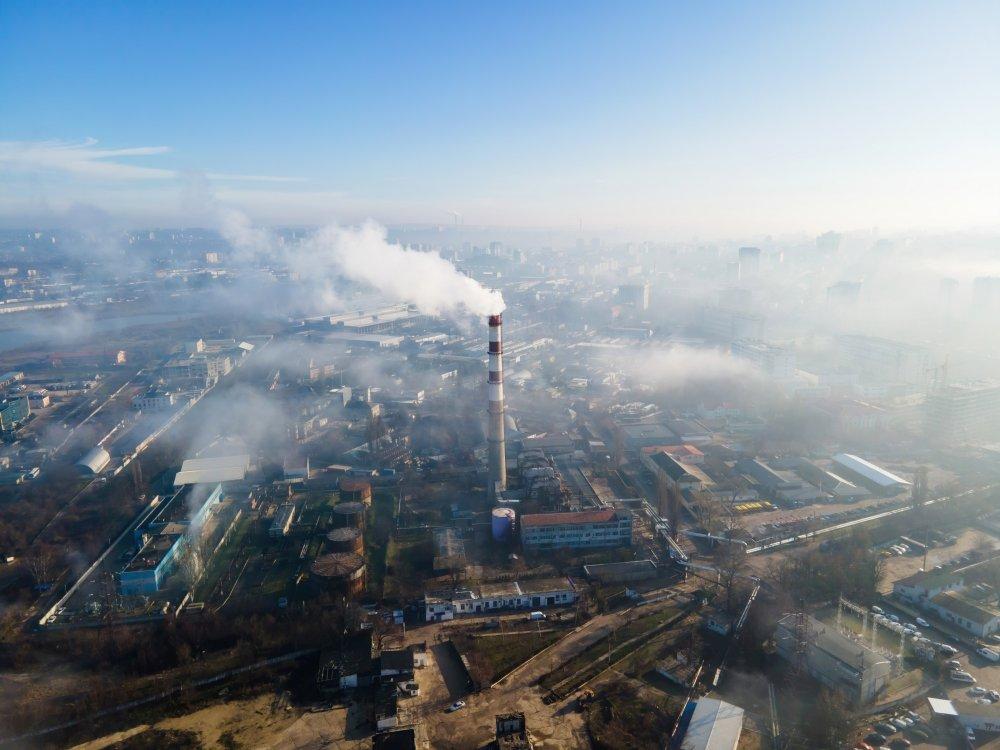 widok dymiącego komina