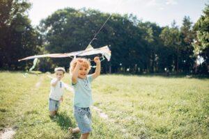 Dzieci puszczające latawce