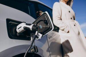 ładowanie samochodu prądem