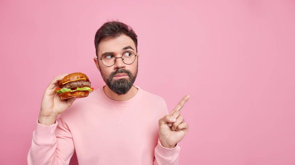 mężczyzna w różowym sweterku