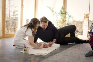 ojciec z córką maluje