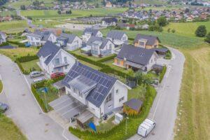 osiedle domów z bateriami słonecznymi na dachu